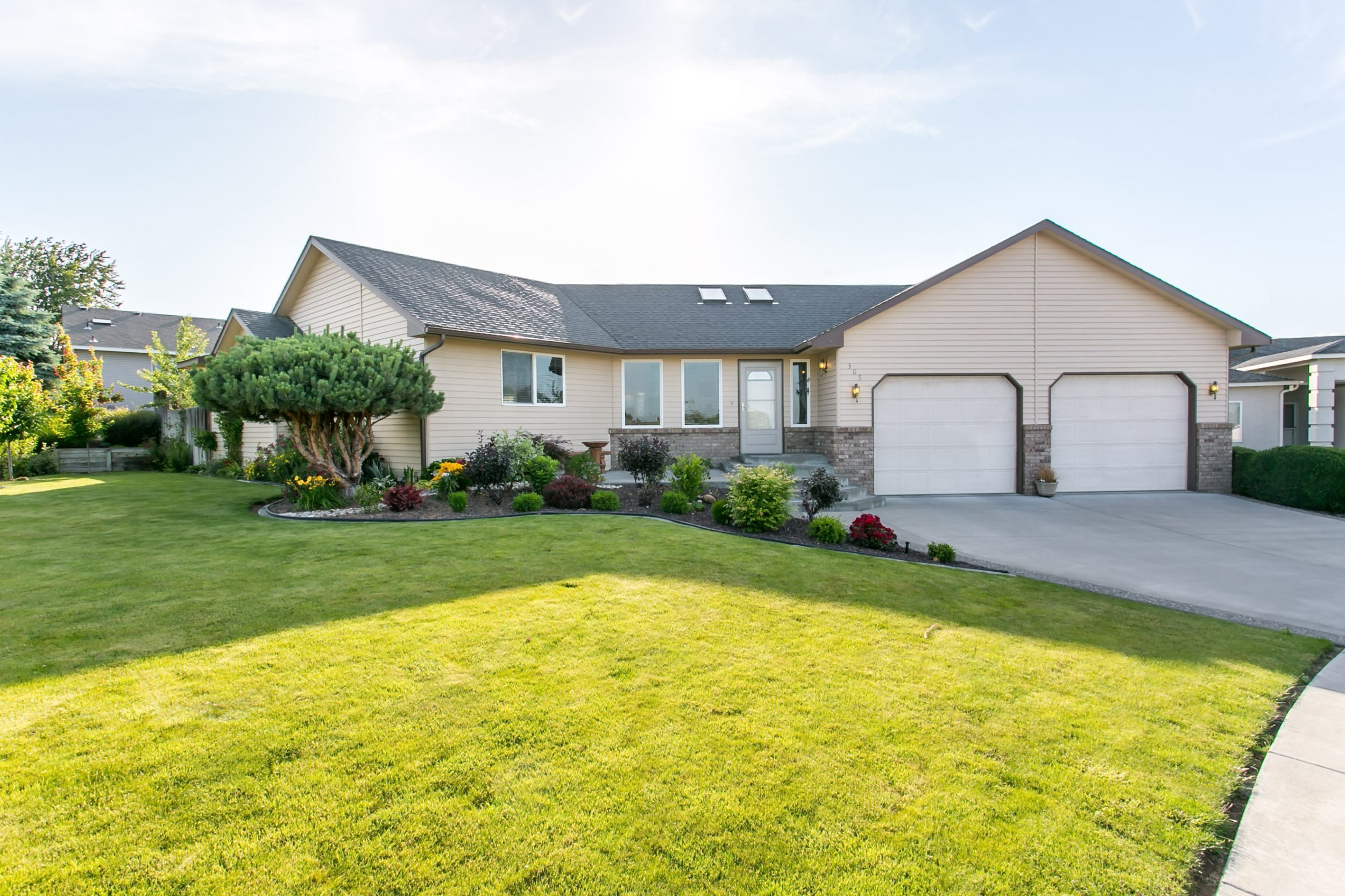 Beautifully landscaped canyon lakes rambler century 21 for Beautiful rambler homes